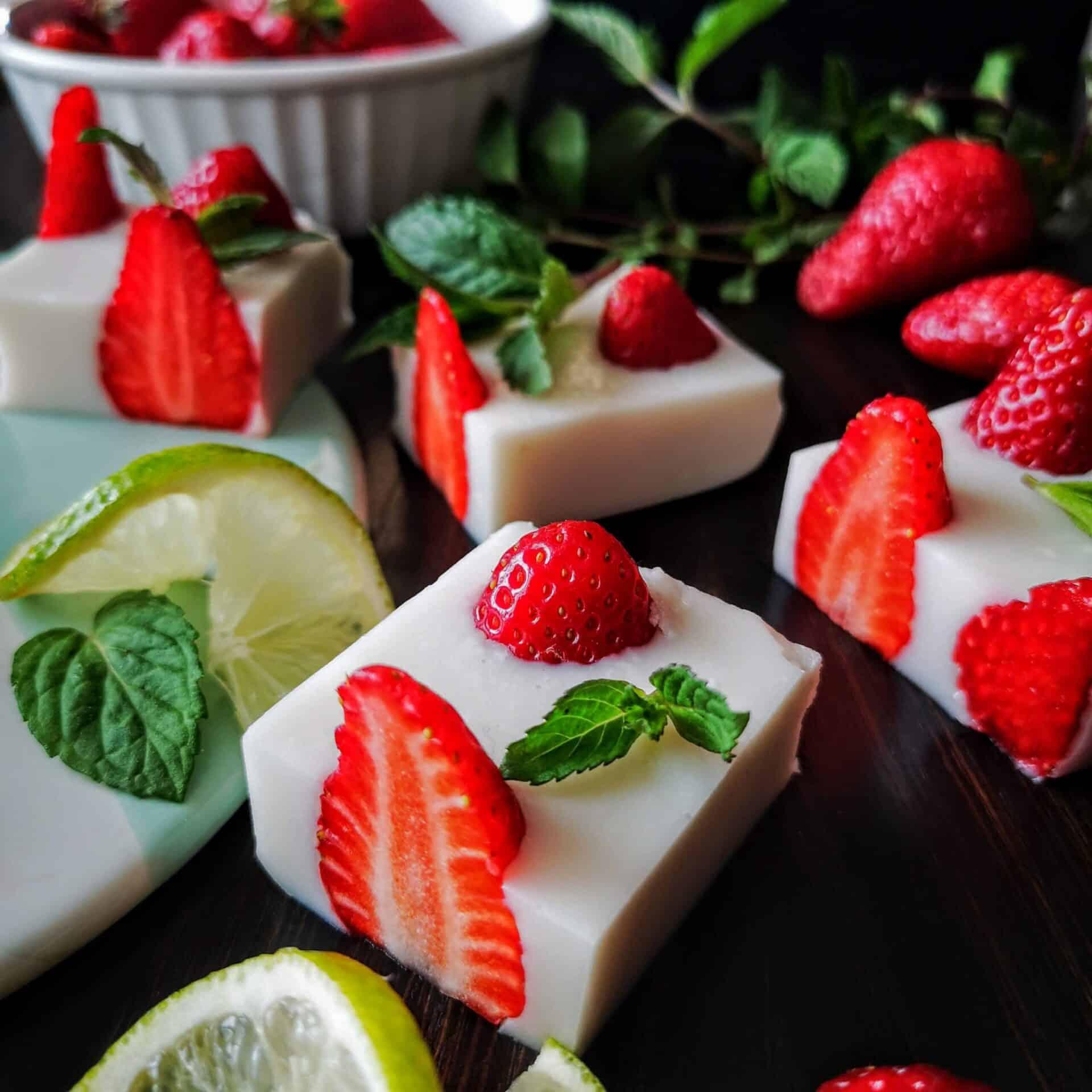 Кокосов десерт с ягоди Нисковъглехидратен десерт